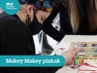 Students of the Degree in Primary Education working with Makey Mickey boards